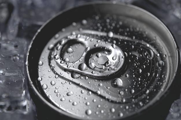 Alu-getränkedose mit deckel für erfrischungsgetränke und eis in nahaufnahme