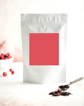 Aluminium-beeren-teebeutel mit rosa etikett für text ihr logo-layout kopieren platz