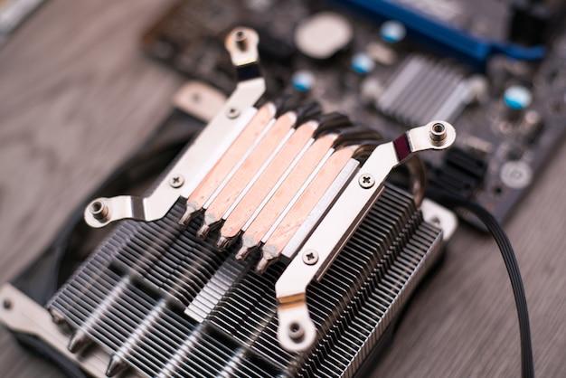 Aluminium-cpu-kühler-kühlkörper lokalisiert auf weiß
