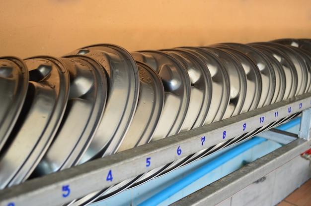 Aluminiumnahrungsmittelbehälter für studenten auf eisenregal.