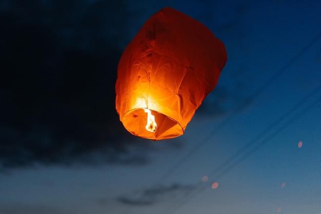 Am abend, bei sonnenuntergang, starten menschen mit ihren verwandten und freunden traditionelle laternen. tradition und reisen.