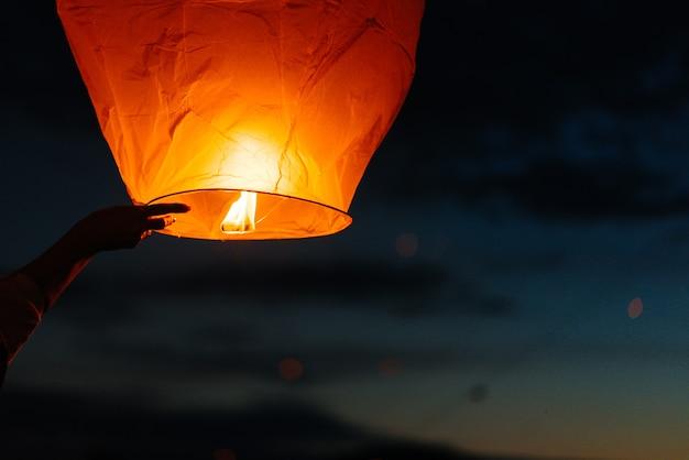 Am abend, bei sonnenuntergang, starten menschen mit ihren verwandten und freunden traditionelle laternen.