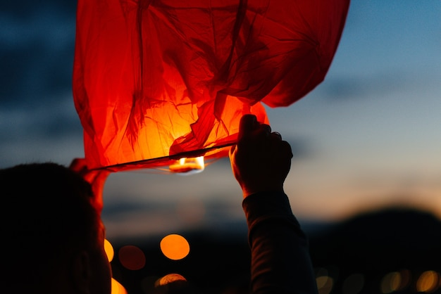Am abend, bei sonnenuntergang, starten menschen mit ihren verwandten und freunden traditionelle laternen