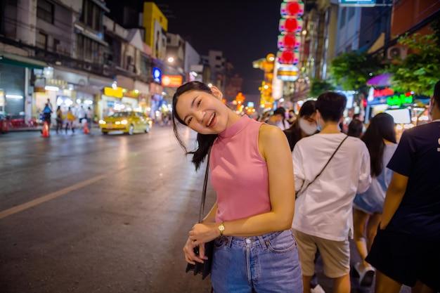 Am abend spazieren thailändisch-chinesische touristen herum und probieren street food in der yaowarat road, chinatown, bangkok und probieren köstliches street food. es gibt meeresfrüchte, dessert, pad thai, nudeln