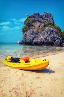 Am ang thong national marine park kayak fahren, thailand