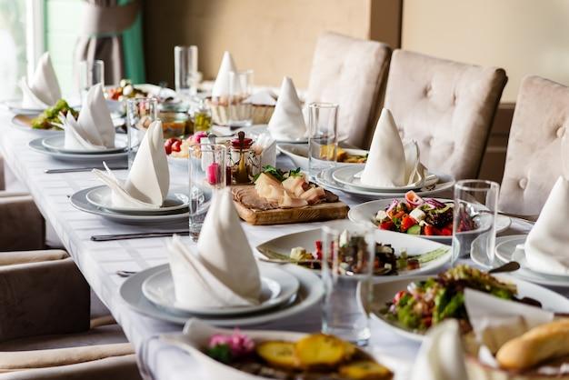 Am feierlichen tisch werden verschiedene salate serviert.