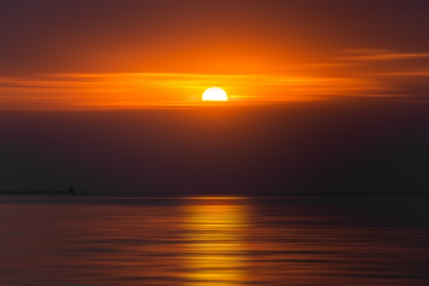 Am frühen morgen geht der sonnenaufgang über dem meer auf