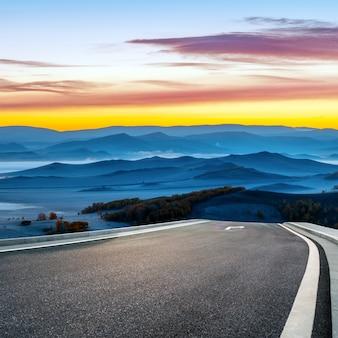 Am frühen morgen in den bergen