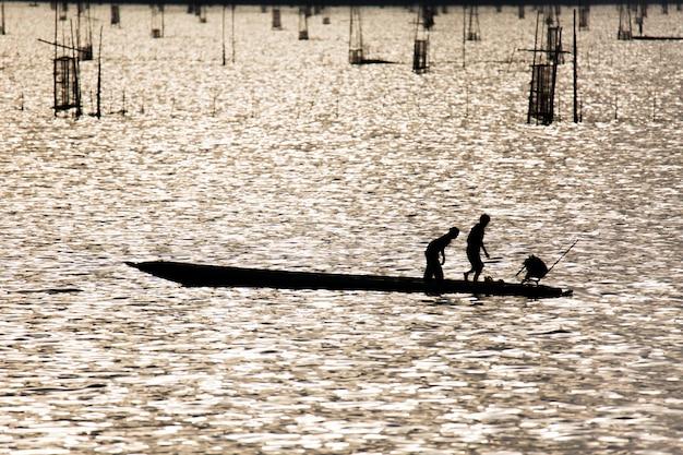 Am morgen benutzen fischer fischereigeräte entlang des songkhla-sees.