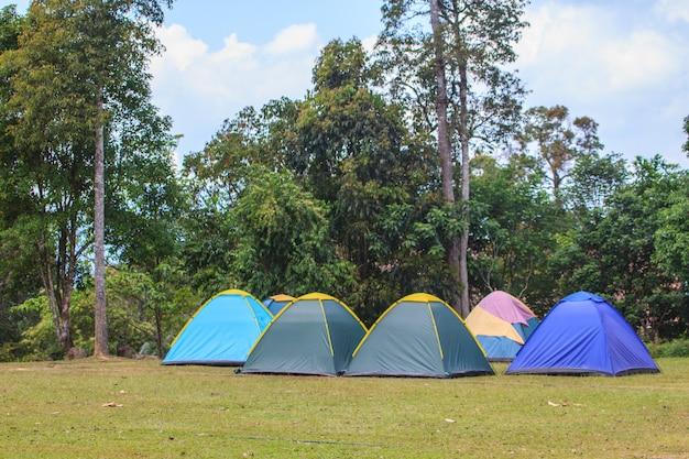 Am morgen zelt auf dem campingplatz