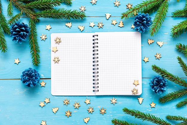 Am weihnachtstag liegt ein notizbuch auf dem tisch.