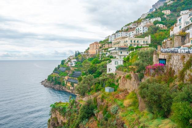 Amalfi-stadtbild an der küstenlinie des mittelmeers, das in italien reist