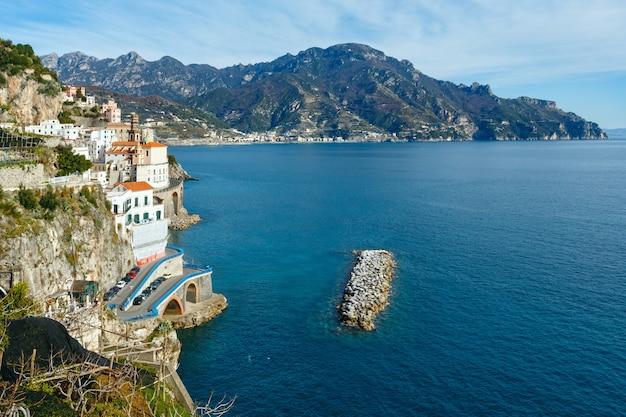 Amalfi-stadtküstenansicht auf felsigem hügel, italien.