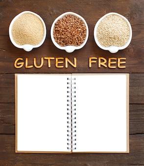 Amaranth, buchweizen und quinoa mit notizbuch und holzbuchstaben