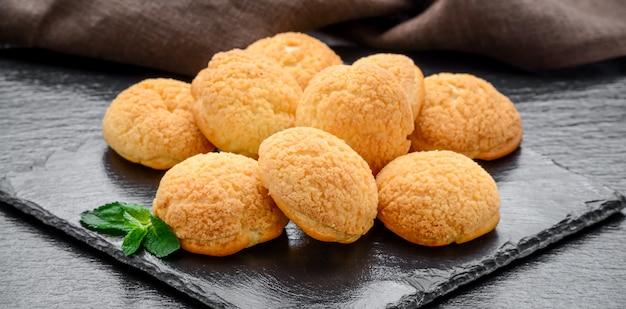 Amaretti-kekse in einer glasschüssel auf altem holztisch