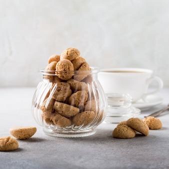 Amaretti-plätzchen mit weißem tasse kaffee