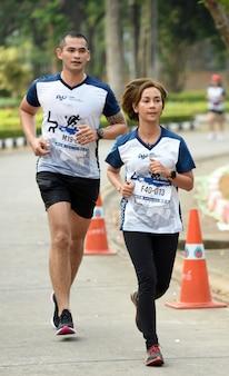 Amateur-marathonläufer kommen, um an einer wohltätigkeitsveranstaltung in songkhla, thailand, teilzunehmen
