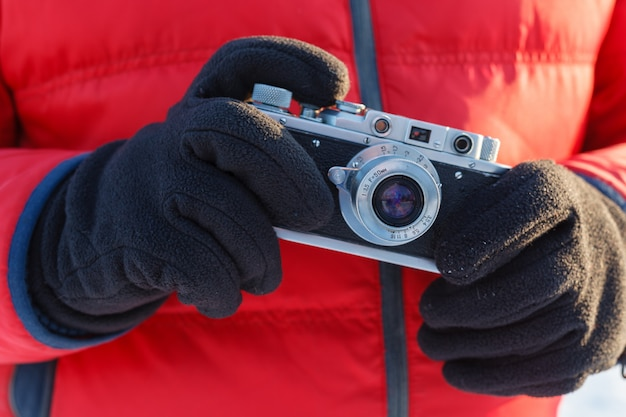 Amateurfotografiekonzept im freien, weinlesekamera in den händen