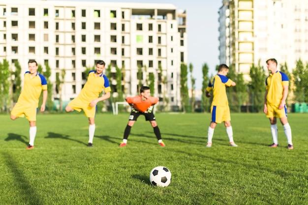 Amateurfußballkonzept mit dem teamausdehnen