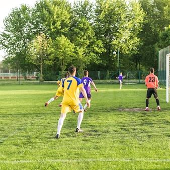 Amateurfußballkonzept mit matchszene