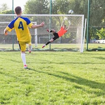 Amateurfußballkonzept mit torhüter