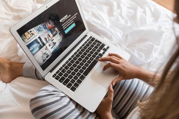 Amazon prime video-app auf dem laptop im schlafzimmer