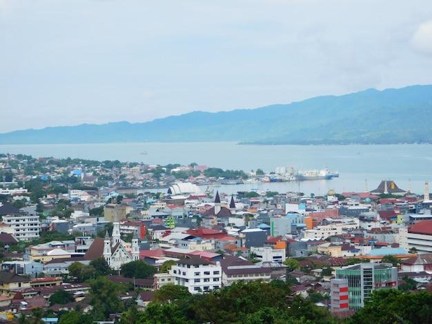 Ambon city maluku indonesien mit farbenfroher stadt und dem besten strand
