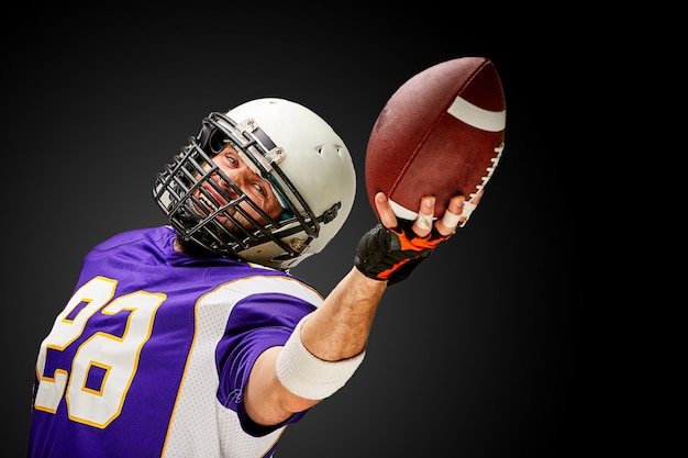 American-football-spieler in aktion mit ball