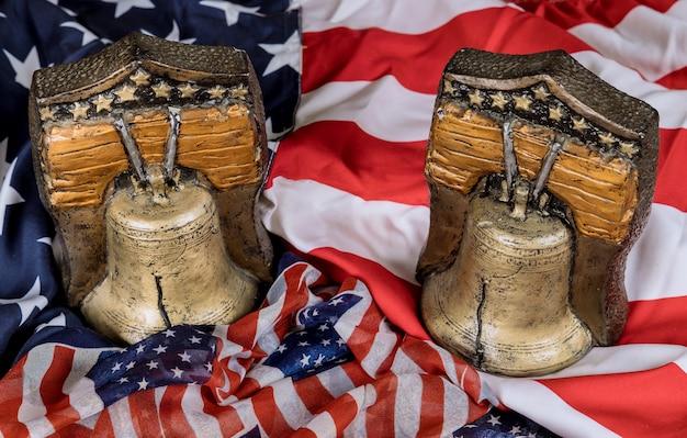 American holiday celebration memorial day auf der amerikanischen flagge der erinnerungsglocke