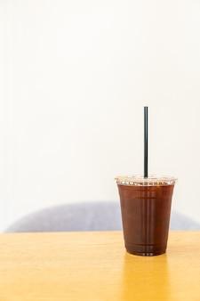 Americano-eiskaffee im café-restaurant