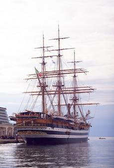 Amerigo vespucci ist ein großsegler der italienischen marine