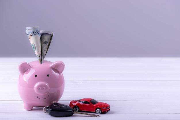 Amerika-dollarbanknotengeld in sparschwein. geld sparen für das neue auto.