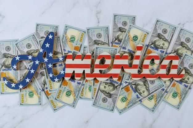 Amerika-zeichen dekorierte patriotismus-brief mit dollar-amerikanischen scheinen in geldbündeln auf einem bundes Premium Fotos