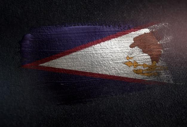 Amerikanisch-samoa-flagge gemacht von der metallischen bürsten-farbe auf dunkler wand des schmutzes