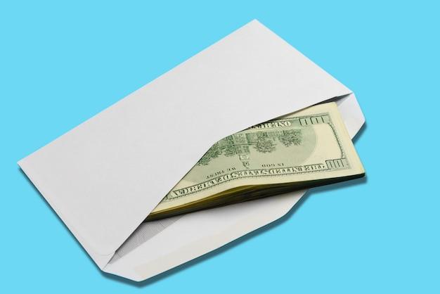 Amerikanische dollar im offenen weißen postumschlag auf blau
