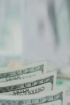 Amerikanische dollarbanknoten der nahaufnahme vor dem hintergrund der dollar