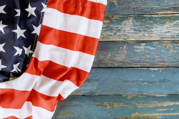 Amerikanische flagge am gedenktag des unabhängigkeitstags der alten holzplatte
