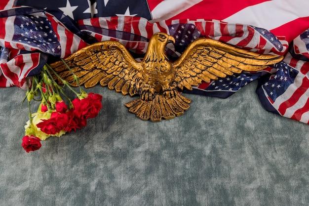 Amerikanische flagge am gedenktag ehre respektieren patriotisches militär us in rosa nelke im amerikanischen weißkopfseeadler