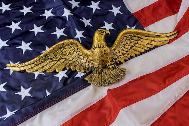 Amerikanische flagge am unabhängigkeitstag des amerikanischen weißkopfseeadlers usa nationalfeiertage gedenktag
