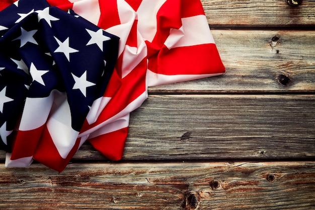 Amerikanische flagge auf altem rustikalem hölzernem brett
