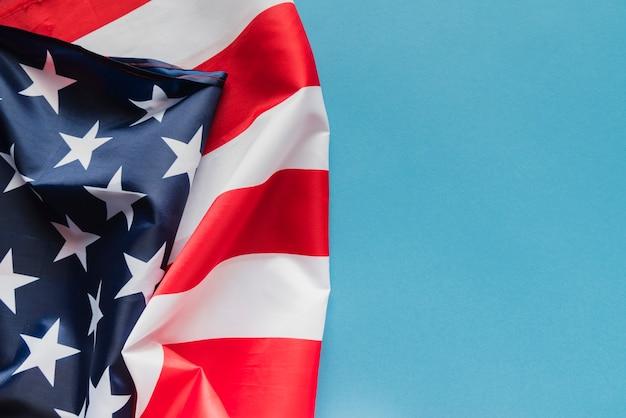 Amerikanische flagge auf blauem hintergrund
