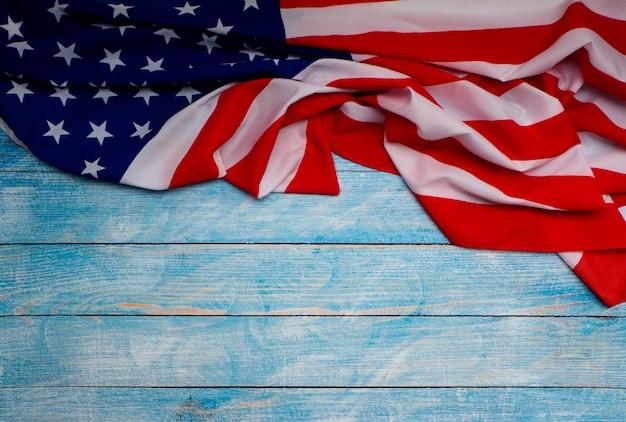 Amerikanische flagge auf blauem hölzernem hintergrund