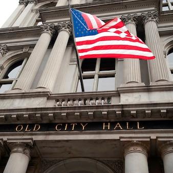Amerikanische flagge auf dem alten rathausgebäude in boston, massachusetts, usa