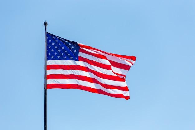Amerikanische flagge auf dem blauen himmel auf dem wnd