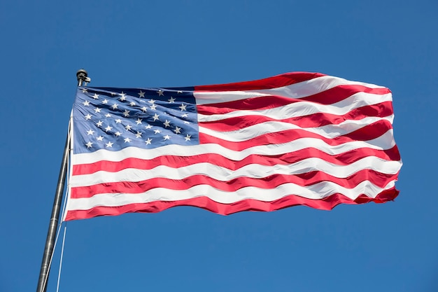 Amerikanische flagge auf dem blauen himmel, usa.