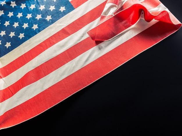 Amerikanische flagge auf dunkel