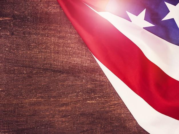 Amerikanische flagge auf einer hölzernen, weinleseoberfläche
