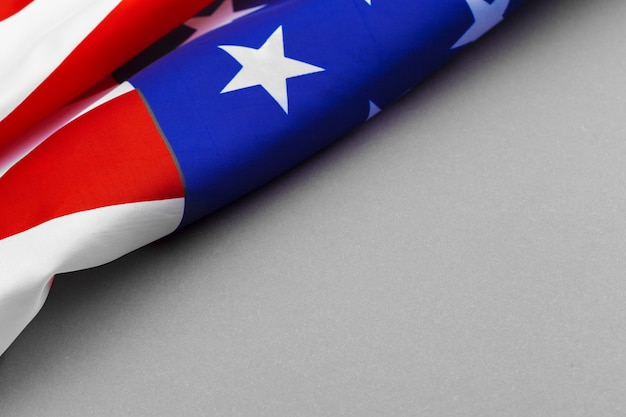 Amerikanische flagge auf grauem hintergrund