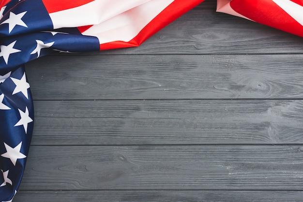 Amerikanische flagge auf grauem hölzernem hintergrund