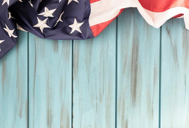 Amerikanische flagge auf hölzernem hintergrund. die flagge der vereinigten staaten von amerika.